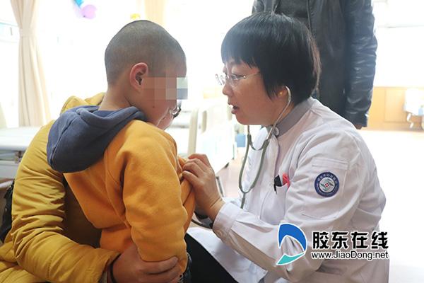 手术麻醉科主任王怀洲为小患者进行身体检查