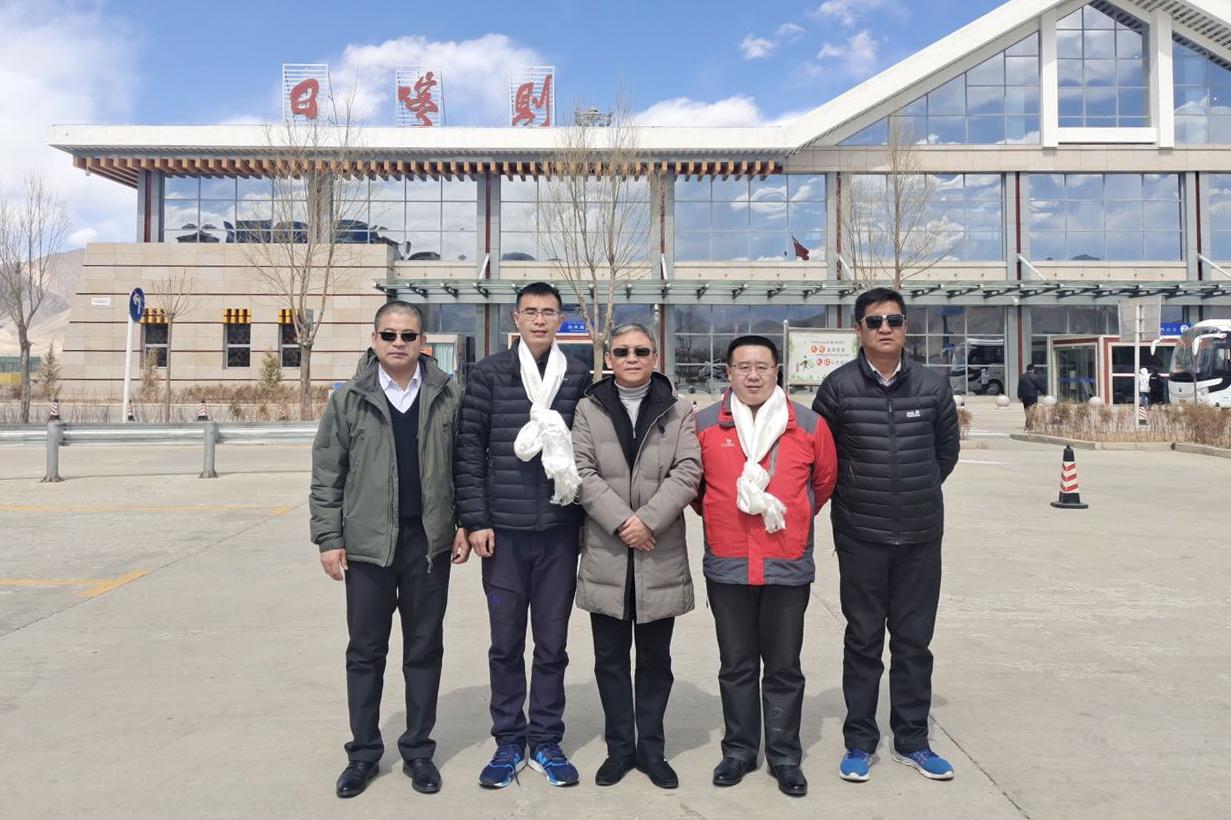 烟台山病院援藏医生李玉辉(右二)