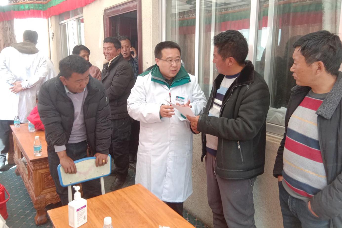 李玉辉和烟台的援藏干部一起开展送医下乡活动