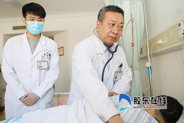毛琦善(左二)诊查患者病情