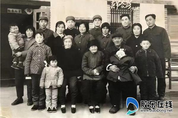 全家合影留念,父亲邓汝禄(前排右二,怀中抱着孙子),作者邓兆安(最后一排左二)。