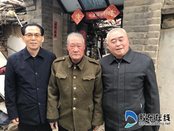 作者与父亲的老同事王典军(中间)、大哥邓兆吉(右一)合影留念。