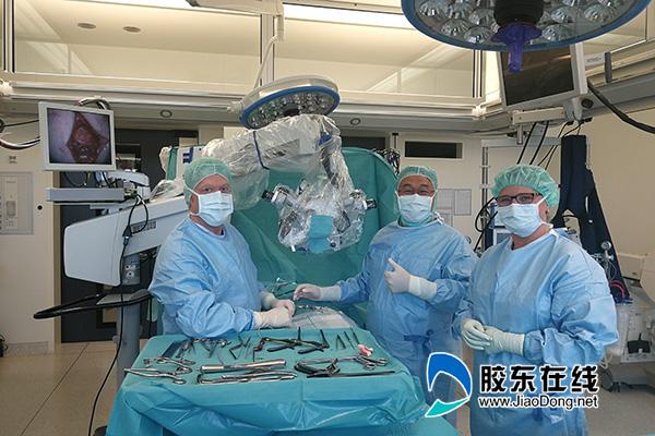 吕宏琳(中)与国际知名专家同台手术