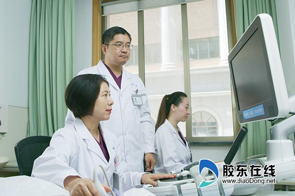 曹小丽(前)为患者做检查