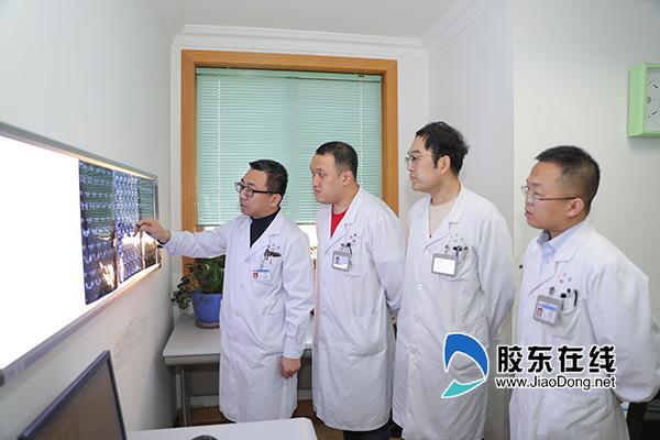 陈良(左一)团队讨论患者病情